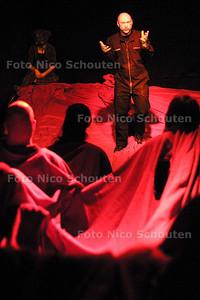 NHD - MORITS EBINGER IN THEATER ZEEBELT - DEN HAAG - 19 FEBRUARI 2004 - FOTO: NICO SCHOUTEN