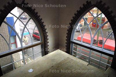 HC - VERBOUWING KERK TOT THEATER CAMUZ - Deze tijdelijke werkvloer zal verdwijnen zodat de kerkramen vrij komen - FOTO: NICO SCHOUTEN
