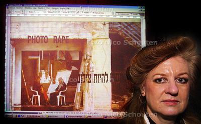 HC - INGRID ROLLEMA,PALASTEINSE KUNST - Op de achtergrond een projectie van werk dat komt - DEN HAAG 13 FEBRUARI 2004 - FOTO: NICO SCHOUTEN