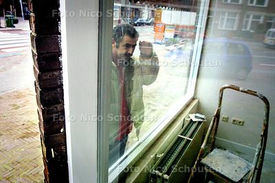 HC - JAAP TENLI VAN WIJKCENTRUM DE DRIESPRONG - Jaap bij het voormalig postkantoor op de van Arembergselaan waar nu woningen gemaakt worden - VOORBURG 13 FEBRUARI 2004 - FOTO: NICO SCHOUTEN