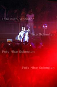 ED - DJ JOHAN VAN GIELEN IN DISCOTHEEK ASTA - DEN HAAG 22 FEBRUARI 2004 - FOTO: NICO SCHOUTEN