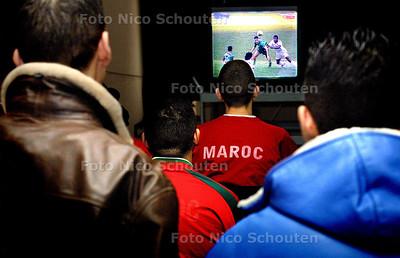 HC - VOETBALFINALE MAROKKO MAROKAANSE JONGENS IN DE SPIL - DEN HAAG 14 FEBRUARI 2004 - FOTO: NICO SCHOUTEN