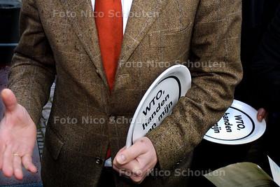 MILIEUDEFENSIE GEEFT BORDEN AAN 2E KAMERLEDEN - Henk Jan Ormel van het CDA neemt afscheid met een bord onder zijn arm (handen van mijn bord) - DEN HAAG 18 FEBRUARI 2004 - FOTO: NICO SCHOUTEN