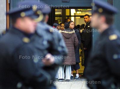 MOORD HANS VAN WIEREN - LEERLINGEN VAN HET HET TERRA COLLEGE VERLATEN HET SCHOOLGEBOUW - DEN HAAG 14 JANUARI 2003 - FOTO: NICO SCHOUTEN