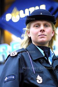 HC - POLITIEAGENTE MARJAN HOGEBRUGGE - DEN HAAG 13 JANUARI 2003 - FOTO: NICO SCHOUTEN