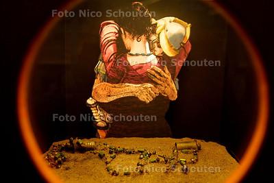 HC - KIJKDOZEN ARGEOLOGIE ATRIUM - Ketting met groene en blauwe glaskralen gevonden op de plek waar de asresten van de  eigenaresse waarschijnlijk zijn begraven, ten zuiden van de Rijn bij waar nu Arnhem ligt. Zij moet geleefd hebben tussen 150 en 250 na Chr. - DEN HAAG 6 JANUARI 2003 - FOTO: NICO SCHOUTEN