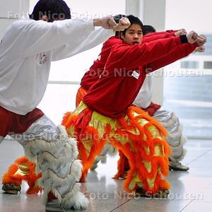 HC - LEEUWENDANSERS OEFENEN - In het Atrium oefenen leeuwendansers vlak voor de start van het chineese nieuwjaar - DEN HAAG 24 JANUARI 2004 - FOTO: NICO SCHOUTEN