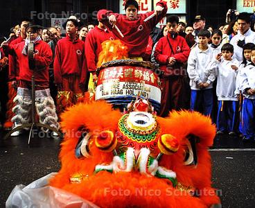 HC - LEEUWENDANSER TROMMELT - Voordat de leeuwendanser in de leeuw gaat trommelt hij op de grote trom. - DEN HAAG 24 JANUARI 2004 - FOTO: NICO SCHOUTEN