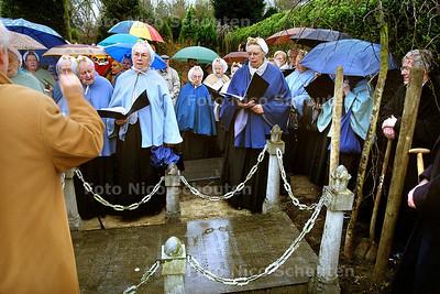 HC - KRANSLEGGING BIJ GRAF CORNELIS LELY - Na de kranslegging en het plaatsen van een nieuw treurwilgje zingt het schevenings vissersvrouwenkoor - DEN HAAG 22 JANUARI 2004 - FOTO: NICO SCHOUTEN