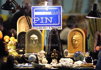 HC - PARANORMAALBEURS IN DE GROTE KERK - Op veel plaatsen in de kerk kun je met PIN betalen - DEN HAAG 4 JANUARI 2003 - FOTO: NICO SCHOUTEN