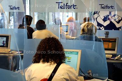 HC - INTERNET BIJ TELFORTWINKEL - DEN HAAG 13 JULI 2004 - FOTO NICO SCHOUTEN