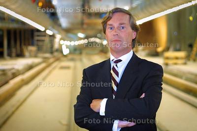 HC - HR. VERGROESEN DIRECTEUR BIJENKORF IN TRAMTUNNEL - DEN HAAG 6 JULI 2004 - FOTO NICO SCHOUTEN