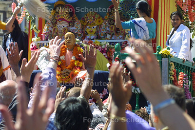 HC - OPTOCHT HARE KRISHNA - Een beeld van Jagannatha versierd met bloemenkransen wordt op een groot mobiel altaar door de stad getrokken en vereerd. - DEN HAAG 10 JULI 2004 - FOTO: NICO SCHOUTEN