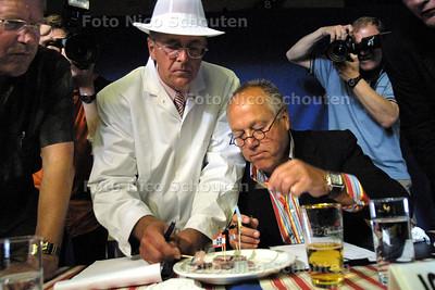 HC - VEILING EERSTE VAATJE HOLLANDSE NIEUWE -  AAD TAAL EN JOOP BRAAKHEKKE KEUREN DE HARING - SCHEVENINGEN 1 JUNI 2004 - FOTO NICO SCHOUTEN