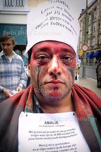 DWAZE VADERS DEMONSTREREN TEGEN AANWEZIGHEID ZORREGUIETA BIJ DOOP AMALIA - DEN HAAG 12 JUNI 2004 - FOTO NICO SCHOUTEN