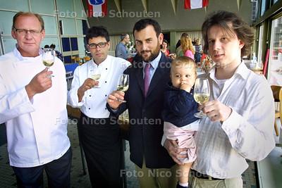 HC - KANTINE VISAFSLAG, vlnr: Edwin vd Goor, Ramon Arias de Bles, Jose Martineez, Rosalien en Casper van Dort - SCHEVENINGEN 13 JUNI 2004 - FOTO NICO SCHOUTEN