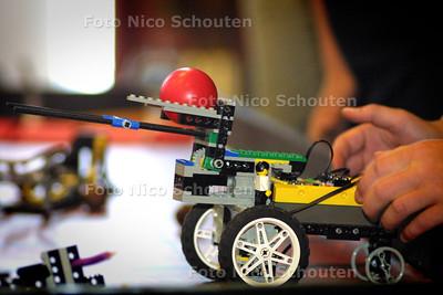 HC - KICK-OFF FLL WEST (FIRST LEGO LEAGUE), INTERNATIONALE ROBOTGAMES - Demonstratie, op een speciaal speelveld, door een team van de Montesorieschool Waalsdorp - DEN HAAG 2 JUNI 2004 - FOTO: NICO SCHOUTEN