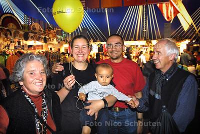 HC - PASAR MALAM, DRIE GENERATIES, BIJ VERHAAL ROGIER SLOP - DEN HAAG 13 JUNI 2004 - FOTO NICO SCHOUTEN