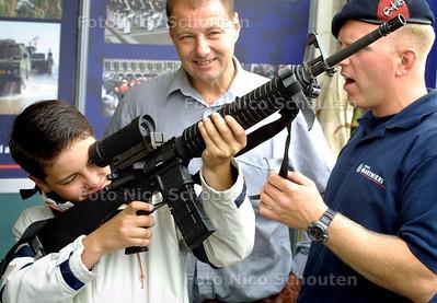 HC - VLAGGETJESDAG, GEWEERTJE VASTHOUDEN BIJ DE MARINIERS - SCHEVENINGEN 4 JUNI 2004 - FOTO NICO SCHOUTEN