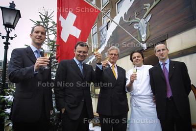 HC - PATEK PHILIPPE BIJ JUWELIER STELTMAN - vlnr Eckhard Beger, Thierry Stern, Fred Brom (directeur Steltman), Marc Smeets (topkok) en Jerome Pernici - DEN HAAG 3 JUNI 2004 - FOTO NICO SCHOUTEN