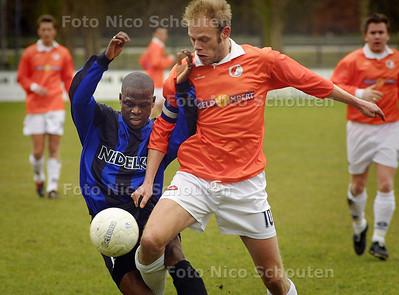 HC SPORT - JAC_DOTO, Mark van den Berg wordt belaagd door een verdediger van DOTO - WASSENAAAR 13 MAART 2004 - FOTO: NICO SCHOUTEN