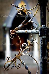 FONTEIN BINNENHOF VERROEST - De fontein op het Binnenhof staat er erbarmelijk bij. Twee van de vier gouden leeuwen zijn weg, de rest is afgebladderd of verroest.  Symbool voor de aftakeling van onze samenleving? - DEN HAAG 10 MAART 2004 - FOTO: NICO SCHOUTEN