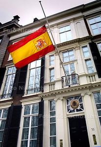 AMBASSADE VAN SPANJE, VLAG HALFSTOK - DEN HAAG 11 MAART - FOTO: NICO SCHOUTEN
