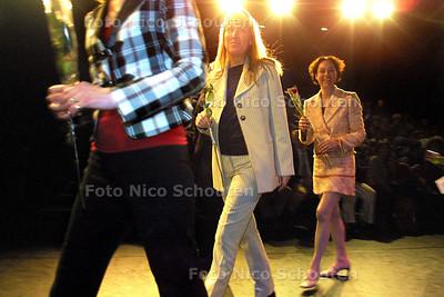 HC - VROUWENDAG, Gemeenteraadsleden lopen modeshow in het volksbuurtmuseum - DEN HAAG 8 MAART 2004 - FOTO: NICO SCHOUTEN
