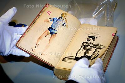 HC - MUSEON DEPOT, Boekje beschilderd in japans concentratiekamp -  DEN HAAG 11 MAART 2003 - FOTO: NICO SCHOUTEN