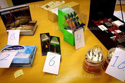 HC - HET RELATIEGESCHENK, PROVINCIEHUIS - DEN HAAG 10 MAART 2004 - FOTO: NICO SCHOUTEN