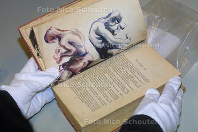 MUSEON DEPOT, Boekje beschilderd in japans concentratiekamp -  DEN HAAG 11 MAART 2003 - FOTO: NICO SCHOUTEN