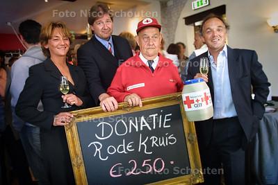 HC - DONATIE HORECA VOOR RODE KRUIS - Yvon Mautean en Maarten Stotz (eigenaren van de Burcht) overhandigen donatie aan Rob Brons (vice-voorzitter Rode Kruis) en Job Santema (collecteur)