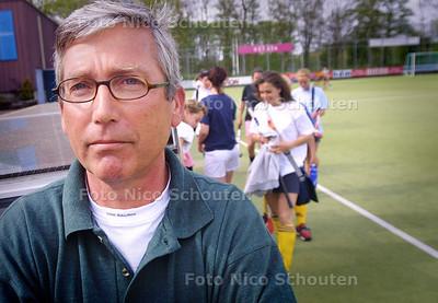 HC - HANS POEDERBACH, DAMES COACH HDM - DEN HAAG 27 APRIL 2004 - FOTO: NICO SCHOUTEN