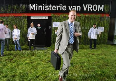 HC - ACTIE MILIEUDEFENSIE BIJ MINISTERIE VAN VROM - DEN HAAG 13 MEI 2004 - FOTO NICO SCHOUTEN