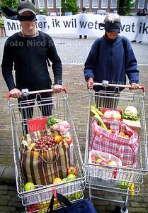 """HC - PROTEST MILIEUDEFENSIE LANDBOUWGIF MIN V. LANDBOUW - """"Minister ik wil weten wat ik eet !"""", Geblindoekt lopen wij door de winkel omdat wij niet weten welk landbouwgif wij kopen. - DEN HAAG 6 MEI 2004 - FOTO: NICO SCHOUTEN"""