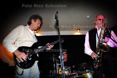 HC - BLUESROCKSESSIES OP DE MINERVA, Bassist Gerrit van Golden Earring (l) op sax Nico - SCHEVENINGEN 20 MEI 2004 - FOTO: NICO SCHOUTEN