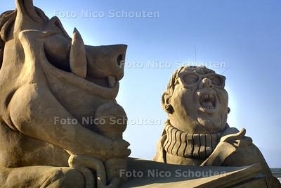 HC - WINNAAR SCHEVENINGEN SANDSCULPTURE 2004, KARAOKE OP DE TROTSBERG VAN DAH KULA PATATTAH - SCHEVENINGEN 21 MEI 2004 - FOTO: NICO SCHOUTEN