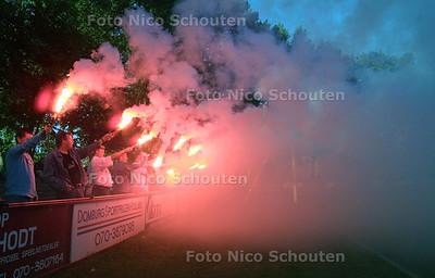 HC CUP - 1/2 FINALE VCS-JAC - Voor de wedstrijd kleuren JACaanhangers het veld alvast oranje met vuurwerk - DEN HAAG 18 MEI 2004 - FOTO: NICO SCHOUTEN