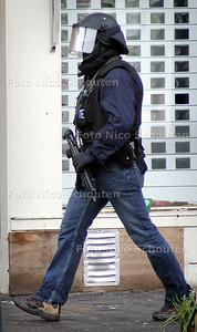 ONTRUIMING TERREURWONING - Zwaar bewapende politieman - DEN HAAG 10 NOVEMBER 2004 -  FOTO NICO SCHOUTEN