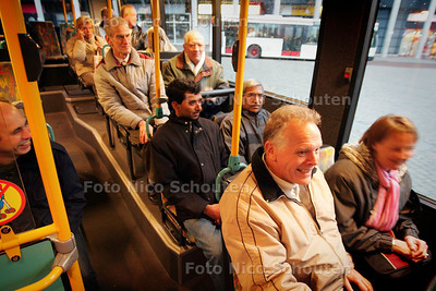 HC - BEWONERS KEREN TERUG NAAR ANTEUNISSTRAAT - DEN HAAG 11 NOVEMBER 2004 - FOTO NICO SCHOUTEN