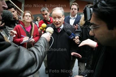 """ONTRUIMING TERREURWONING - Opgevangen buurtbewoners worden opvangen in de Haagse Burgemeester Deetman kwam ze een hart onder de riem steken""""verder geen commentaar"""" - DEN HAAG 10 NOVEMBER 2004 -  FOTO NICO SCHOUTEN"""
