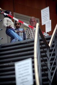 ONTRUIMING TERREURWONING - Opgevangen buurtbewoners worden opvangen in de Haagse Hogeschool en afgeschermd van de pers - DEN HAAG 10 NOVEMBER 2004 -  FOTO NICO SCHOUTEN