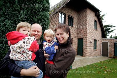 HC - VERHAAL DUITSLAND - Marcel Aalbers en Ingeborg Wijkstra met dochters Katja (l) en Nena - NUTTERDEN 20 NOVEMBER 2004 - FOTO NICO SCHOUTEN