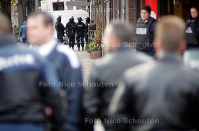 ONTRUIMING TERREURWONING - Zwaar bewapende politiemannen - DEN HAAG 10 NOVEMBER 2004 -  FOTO NICO SCHOUTEN