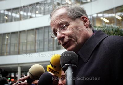 """ONTRUIMING TERREURWONING - Opgevangen buurtbewoners worden opvangen in de Haagse Burgemeester Deetman kwam ze een hart onder de riem steken """"verder geen commentaar"""" - DEN HAAG 10 NOVEMBER 2004 -  FOTO NICO SCHOUTEN"""