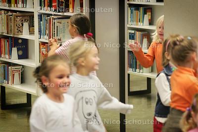 HC - KINDERBOEKENWEEKFEEST IN DE BIBLIOTHEEK - RIJSWIJK 9 OKTOBER 2004 - FOTO NICO SCHOUTEN