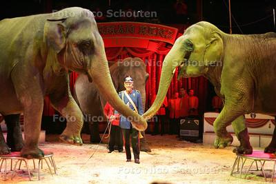 HC  - CIRCUS RENZ - Olifanten - DEN HAAG 12 OKTOBER 2004 - FOTO NICO SCHOUTEN