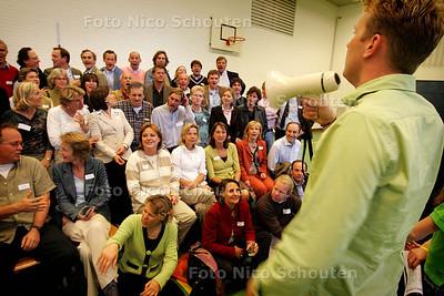 HC - REUNIE VCL SCHOOL - In de sporthal worden schoolfoto's gemaakt - DEN HAAG 9 OKTOBER 2004 - FOTO NICO SCHOUTEN