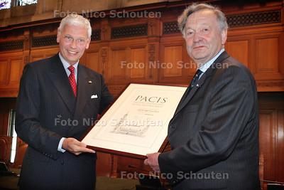 Uitreiking Carnegie Wateler Vredesprijs. Hans van den Broek geeft prijs aan Theo van Boven - DEN HAAG 22 OKTOBER 2004 - FOTO NICO SCHOUTEN