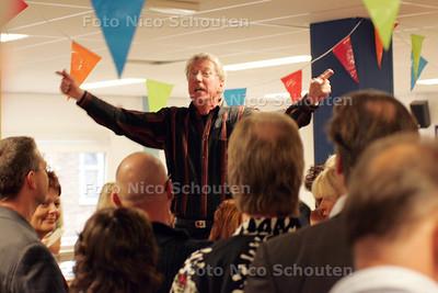 HC- REUNIE WESTHAGESCHOOL, DIRECTEUR SPREEKT OUD LEERLINGEN TOE - DEN HAAG 15 OKTOBER 2004 - FOTO NICO SCHOUTEN